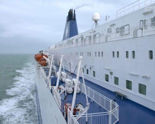 دانلود مستند ذغال سنگ، قایق، قواصان از مجموعه سفر ابرکالاها با دوبله شبکه منوتو