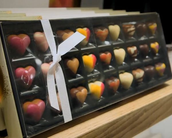 دانلود مستند هتل شکلات 1 و 2 از مجموعه ویژه برنامه با دوبله شبکه منوتو