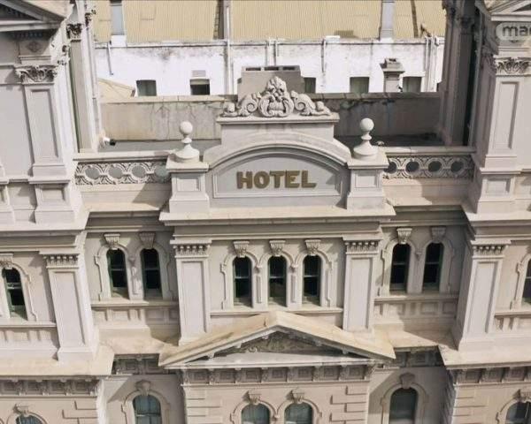 دانلود مستند شگفت انگیزترین هتل ها - 7 از مجموعه شگفت انگیزترین هتل ها با دوبله شبکه منوتو